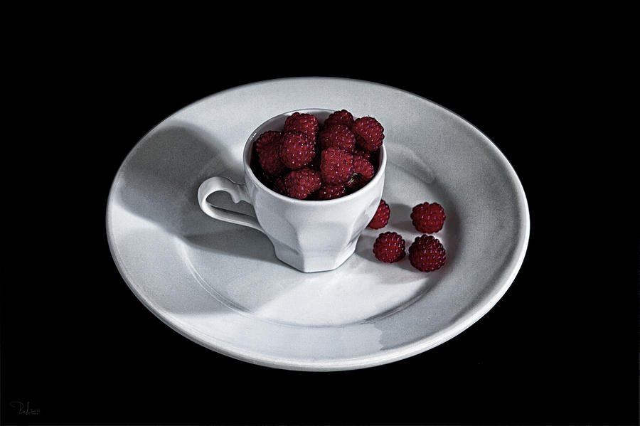 Ruspberries in the cup - Livid Still-life by Raffaella Lunelli