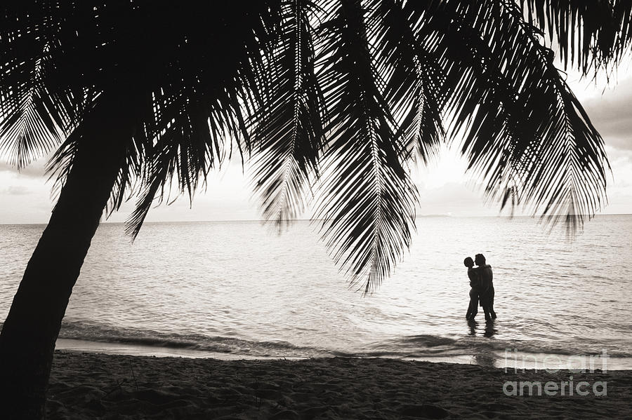 Bay Islands Photograph - Silhouetted Couple by Larry Dale Gordon - Printscapes