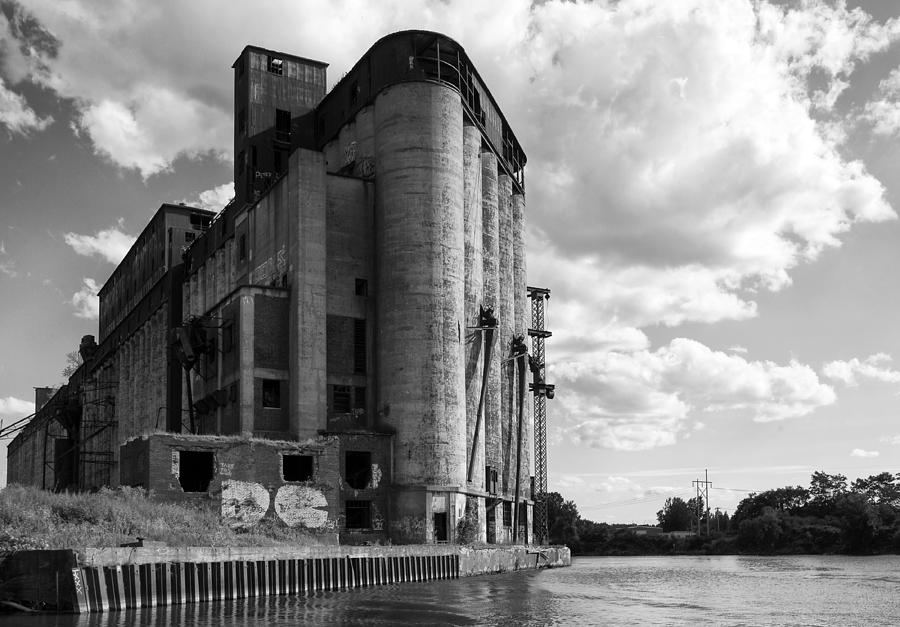 Buffalo Photograph - Silo City 4 by Peter Chilelli