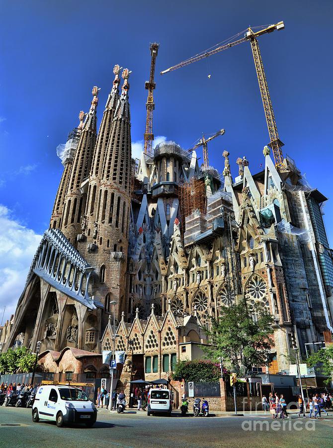 Street View Barcelona Gaudi S Catholic Church Photograph By Chuck Kuhn
