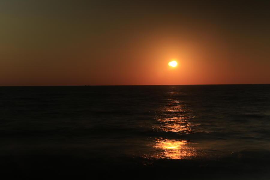 sunset in tel aviv. by Shlomo Zangilevitch