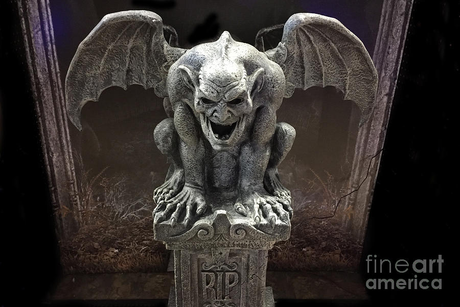 Brumas de Baróvia - Página 8 Surreal-gothic-spooky-haunting-scary-dark-gothic-gargoyle-on-pedestal-gargoyle-halloween-print-kathy-fornal