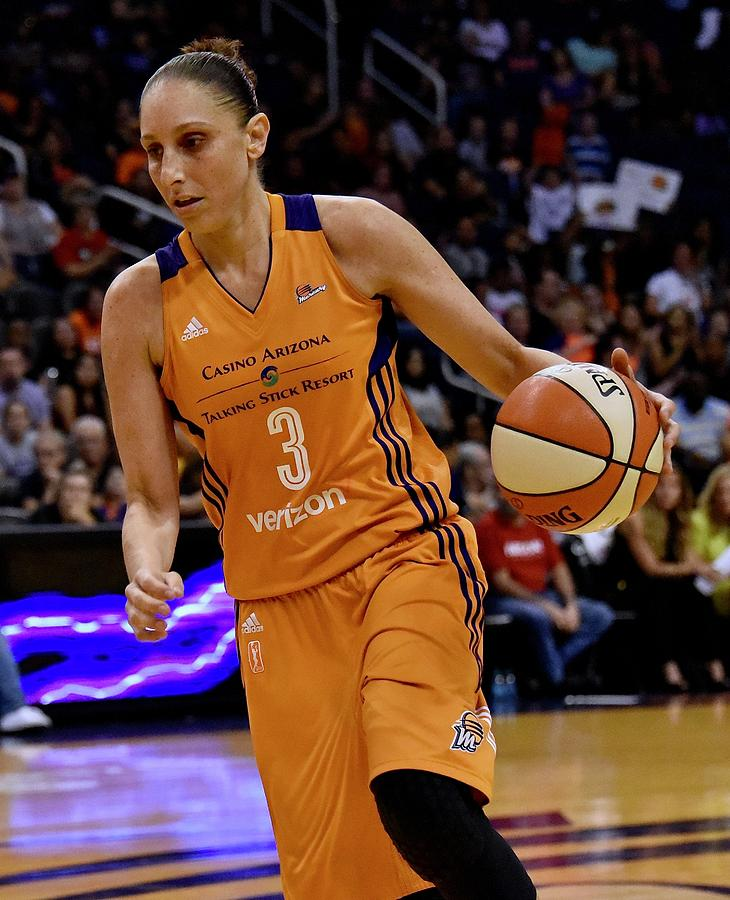 Diana Taurasi Photograph - Taurasi Leans In by Devin Millington