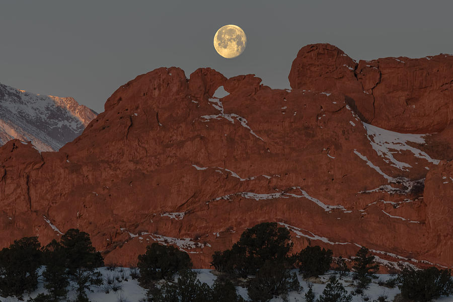 Waning Gibbous Setting On Kissing Camels In Garden Of The Gods