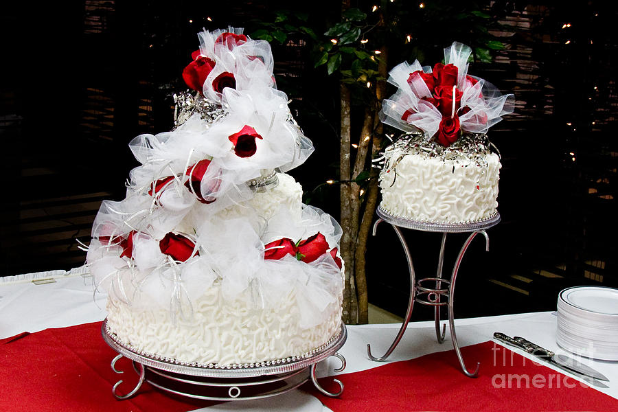 Wedding Cake And Red Roses Photograph by Andee Design