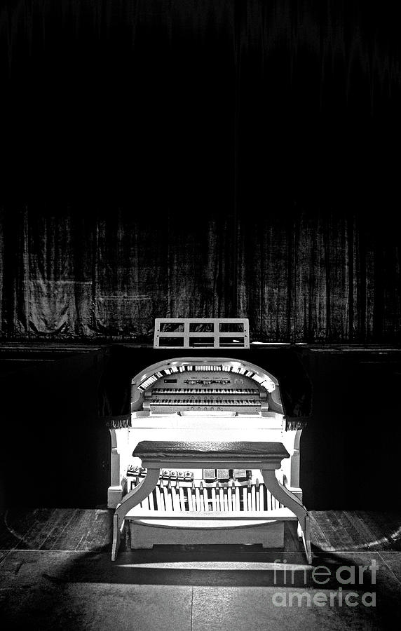 Entertainment Photograph - Wurlitzer Organ In The Lincoln Theatre by Jim Corwin