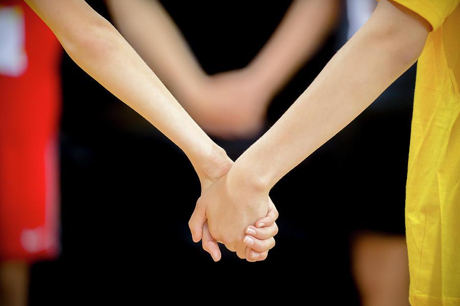 Tokeo la picha la girls holding hands