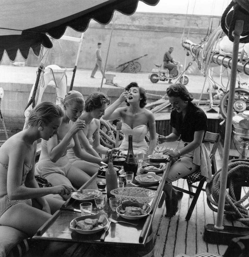 Lunch Time Photograph by Bert Hardy