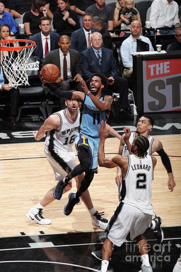 Memphis Grizzlies V San Antonio Spurs - Photograph by Joe Murphy