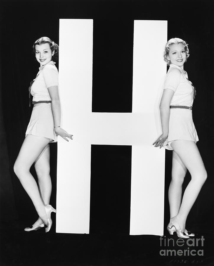 Testimonial Photograph - Women Posing With Huge Letter H by Everett Collection