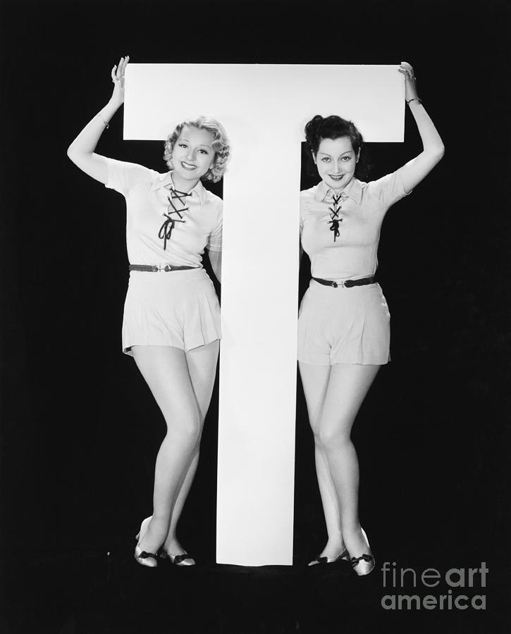 Testimonial Photograph - Women Posing With Huge Letter T by Everett Collection