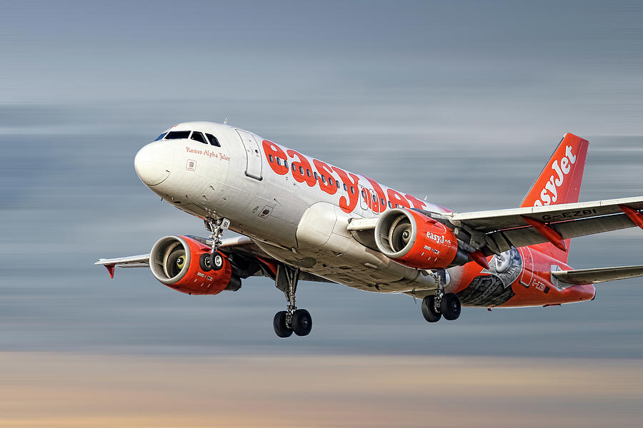 Easyjet Mixed Media - Easyjet Airbus A319-111 by Smart Aviation