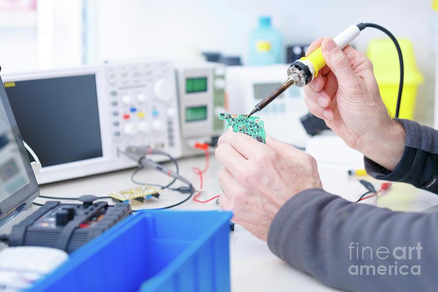 Repair Photograph - Electronics Laboratory by Wladimir Bulgar/science Photo Library