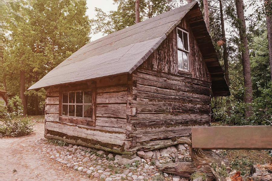 Erdő mélyén 2-abandoned-old-wooden-house-cabin-in-the-woods-robert-chlopas