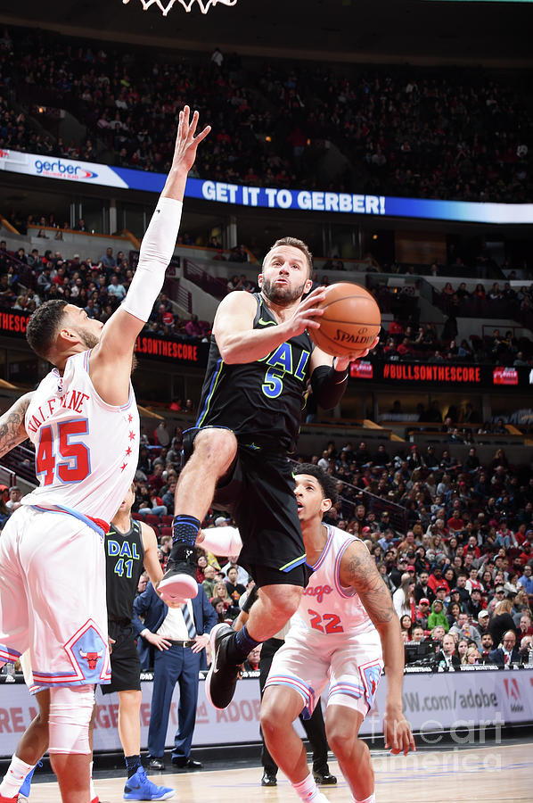Dallas Mavericks V Chicago Bulls Photograph by Randy Belice