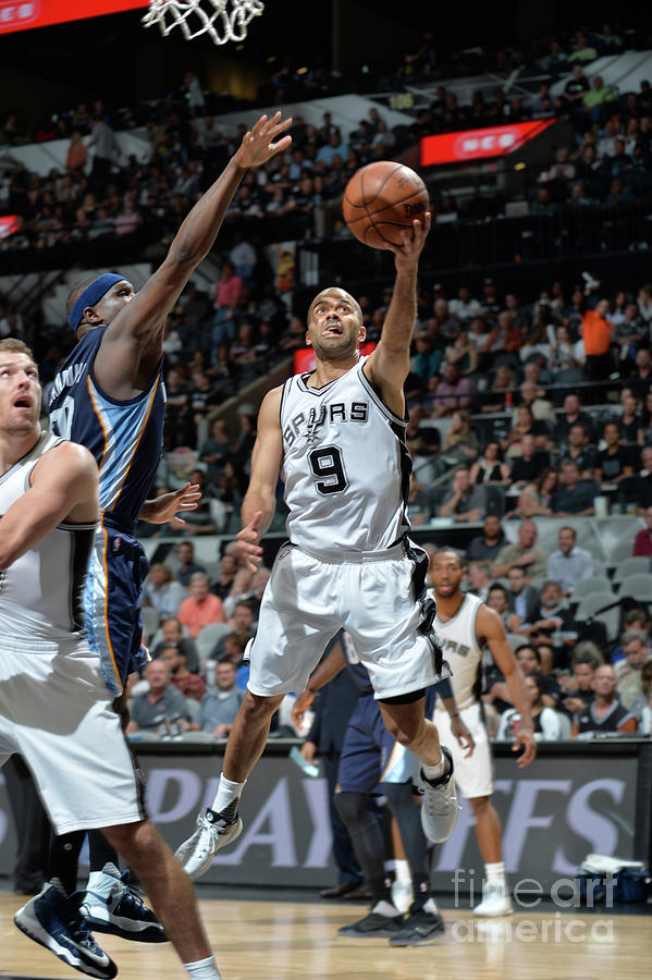 Memphis Grizzlies V San Antonio Spurs - Photograph by Mark Sobhani