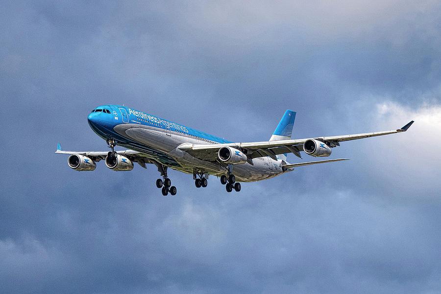 Aerolineas Argentinas Mixed Media - Aerolineas Argentinas Airbus A340-313 by Smart Aviation