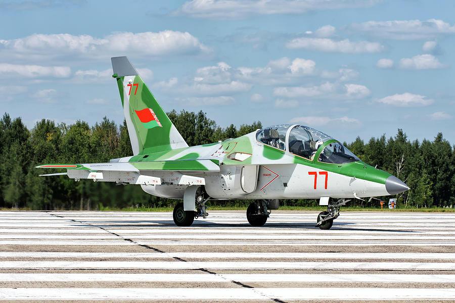 Numera två par tumvantar - Yak-130 Mitten - Zvezda 1/48 - Sida 10 A-belarusian-air-force-yak-130-advanced-daniele-faccioli