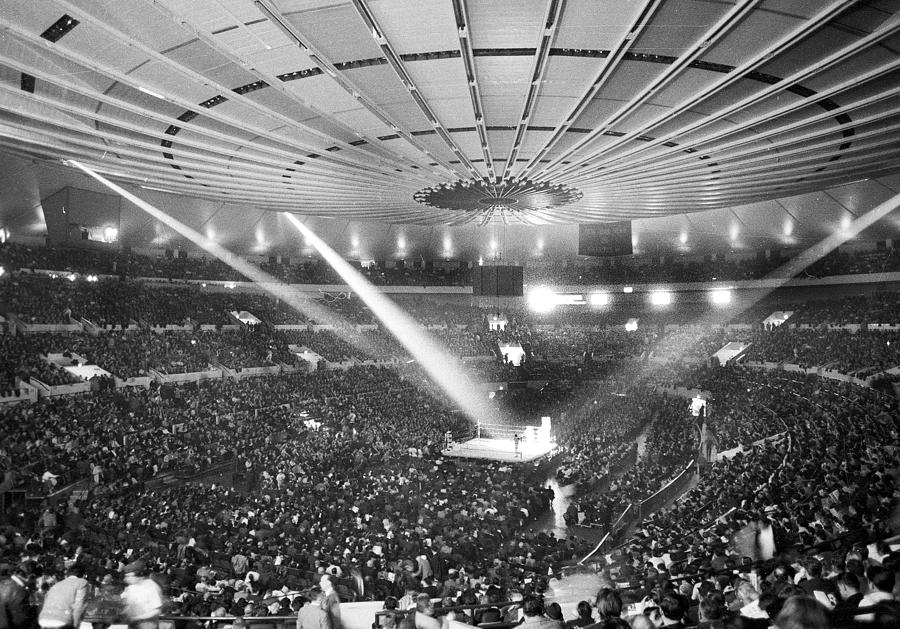 A Record Crowd Of 19,959 Jams Madison Photograph by New York Daily News Archive