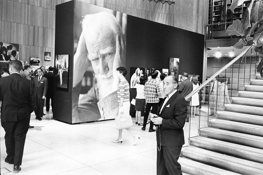 Alfred Eisenstaedt At His Exhibit Photograph by Fred W. McDarrah