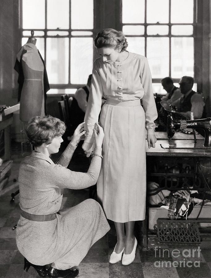 Amelia Earhart Adjusting Sleeve Photograph by Bettmann