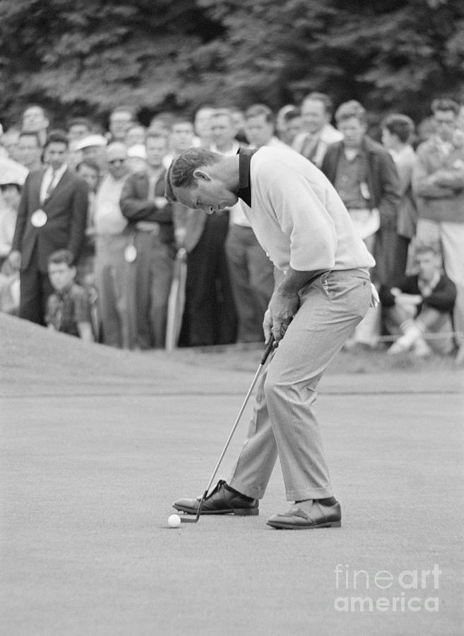 Arnold Palmer Putting Photograph by Bettmann