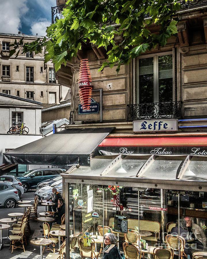 Bar in Paris by Izet Kapetanovic