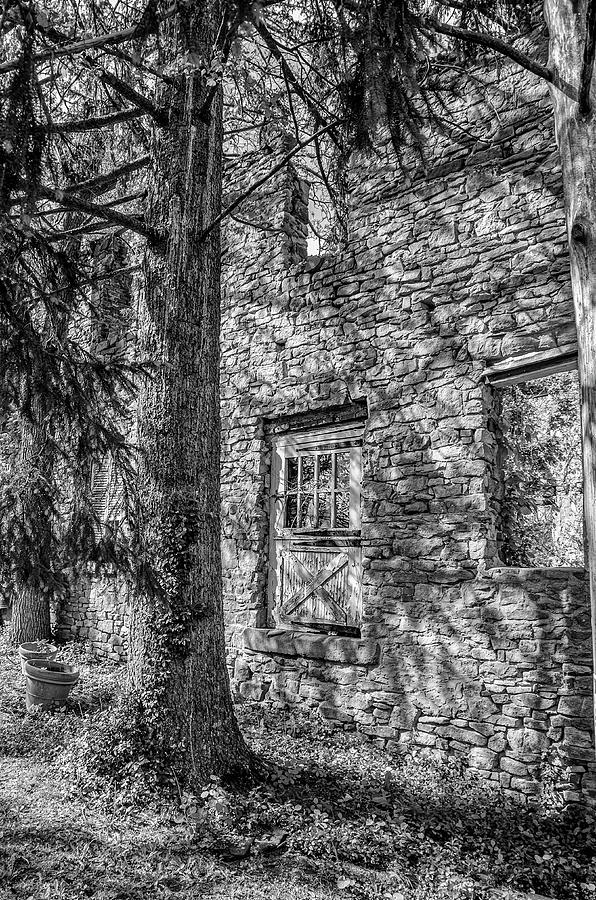 Black And White Photograph - Bridgetown Mill House Ruin In Bucks County In Black And White by Bill Cannon