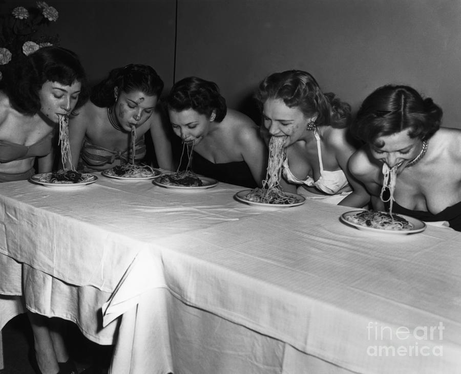 Broadway Showgirls Eating Spaghetti Photograph by Bettmann