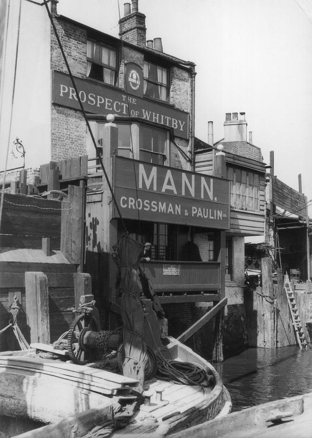 Canal Pub Photograph by Hulton Archive