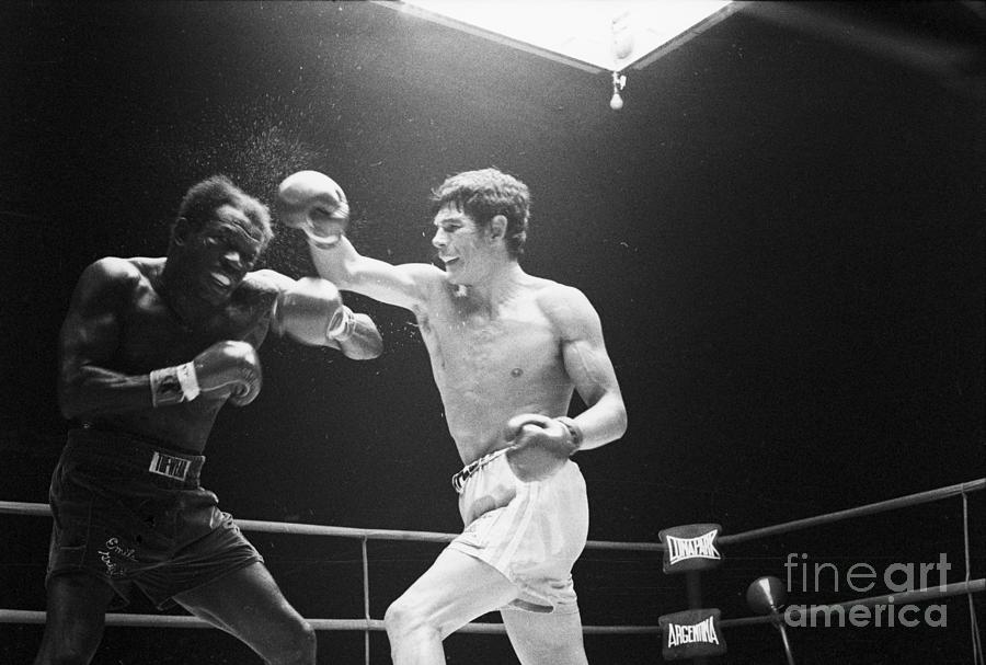 Carlos Monzon Punching Emile Griffith Photograph by Bettmann