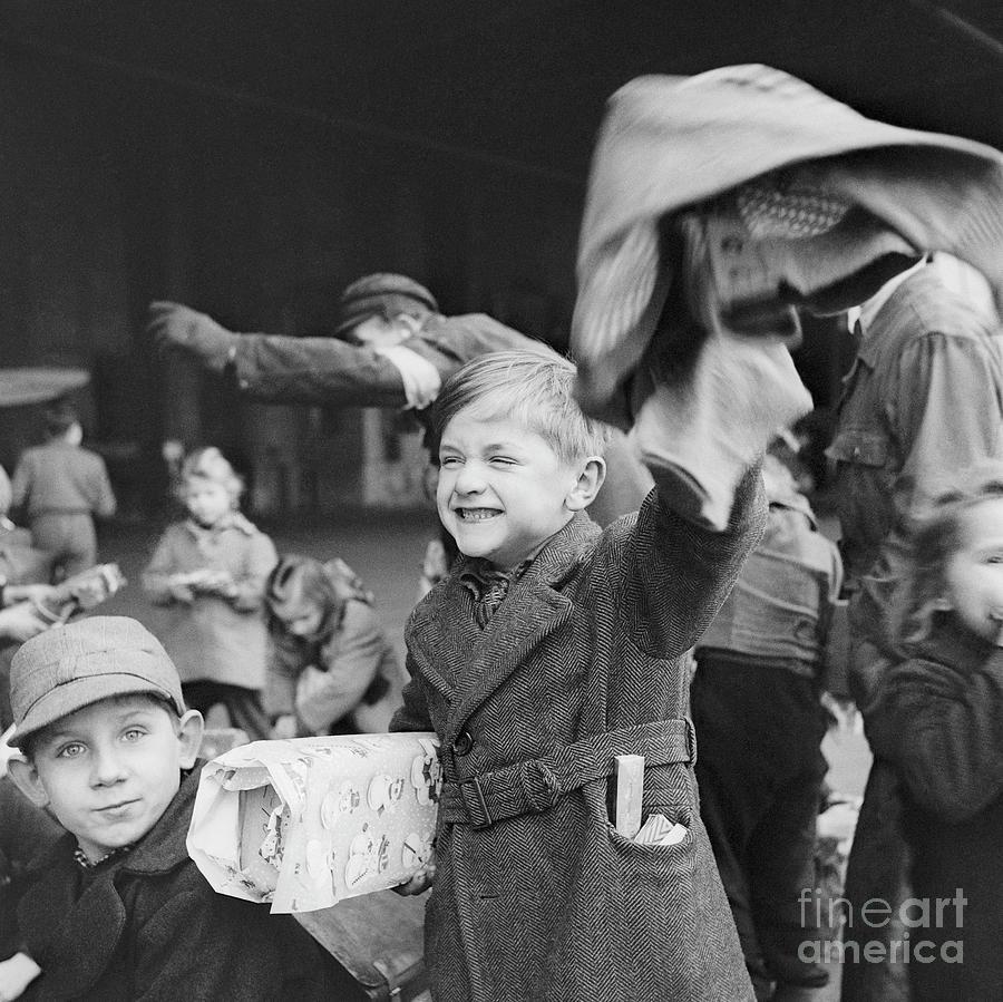Children Opening Christmas In Berlin Photograph by Bettmann