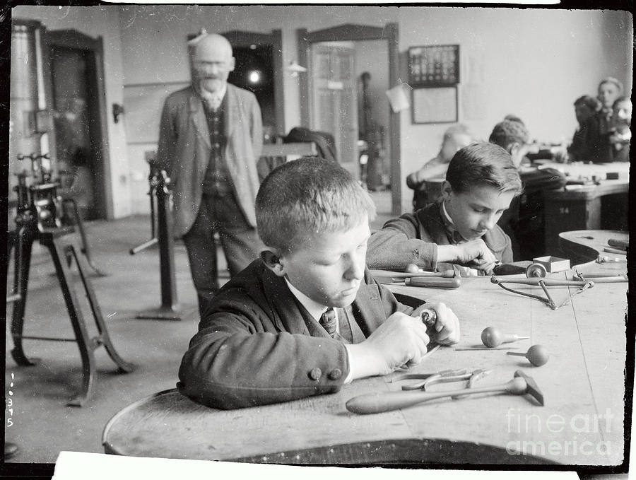 Children Working As Jewel Center Photograph by Bettmann
