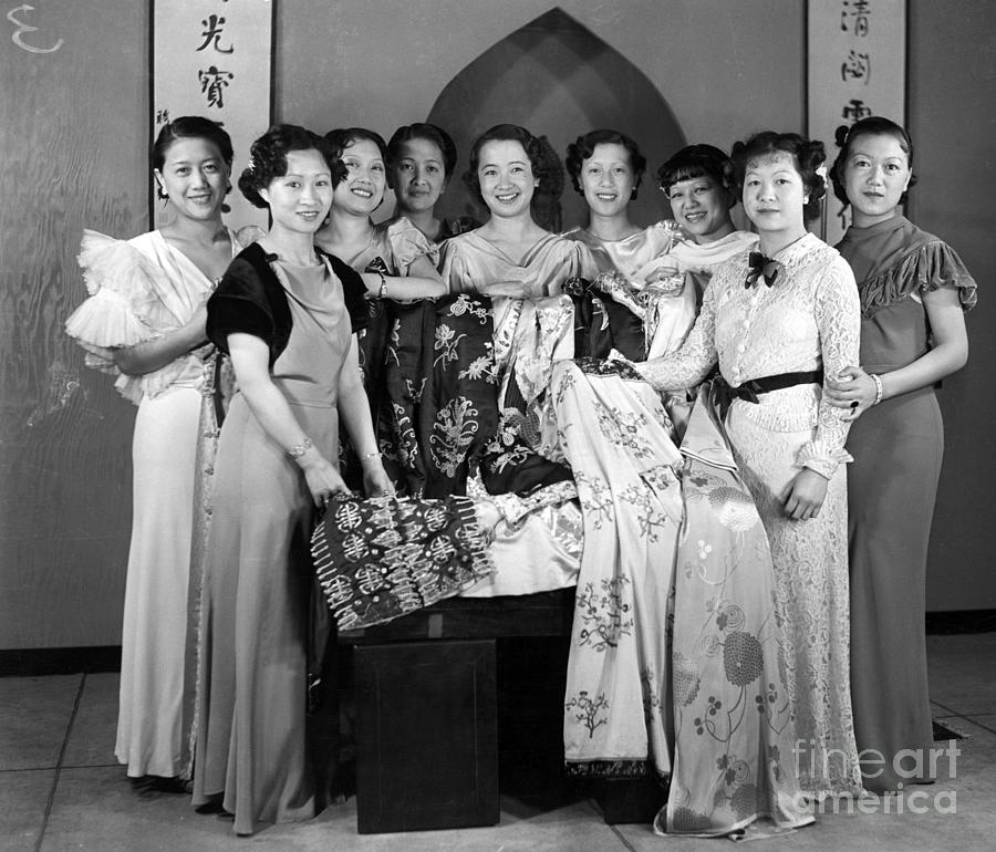 Chinese Girls In Traditional Clothing Photograph by Bettmann