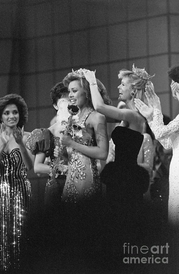 Crowning Vanessa Williams Miss America Photograph by Bettmann