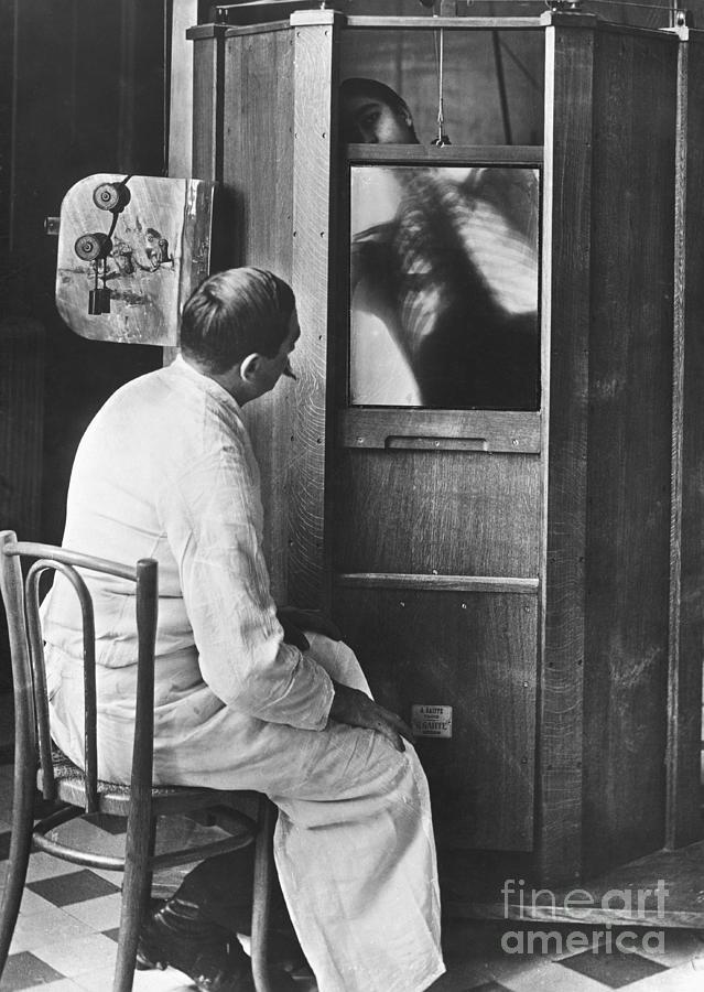 Doctor Using A Fluoroscope Photograph by Bettmann