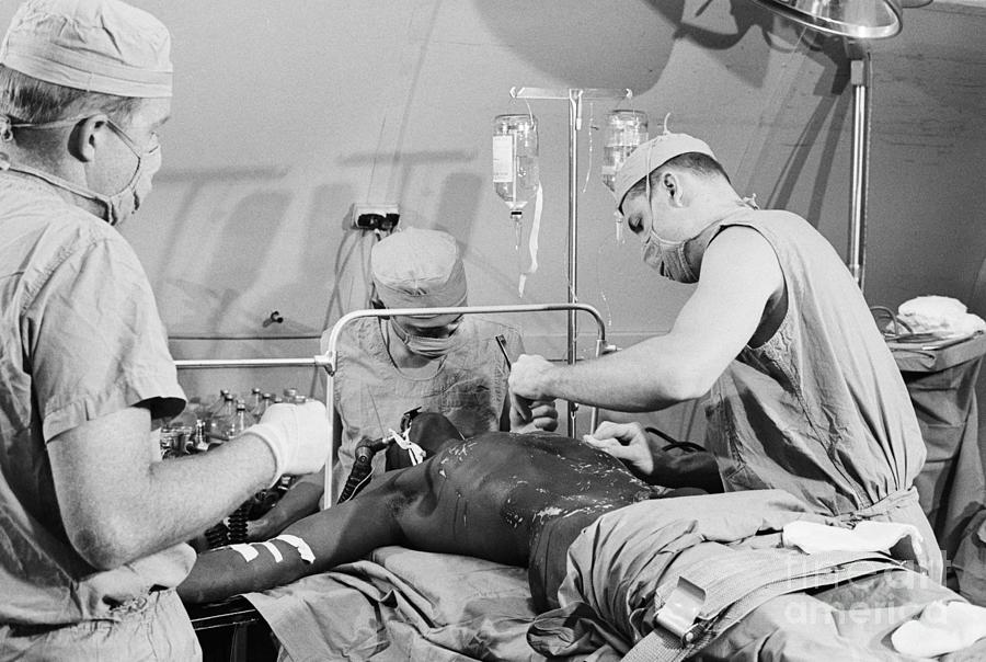 Doctors Performing Surgical Procedure Photograph by Bettmann