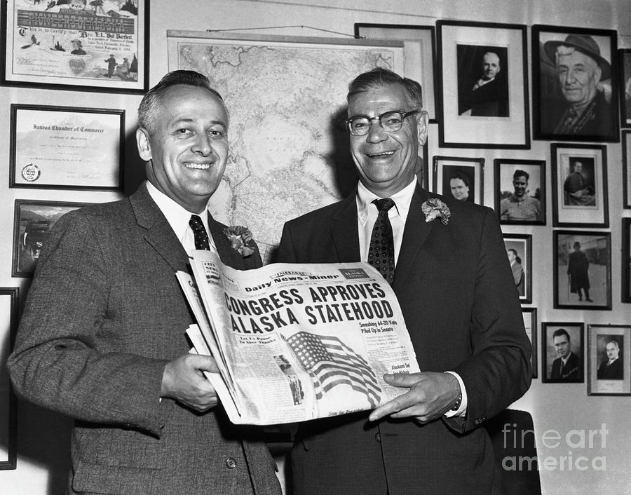 Egan And Bartlett Hold Up Daily News Photograph by Bettmann