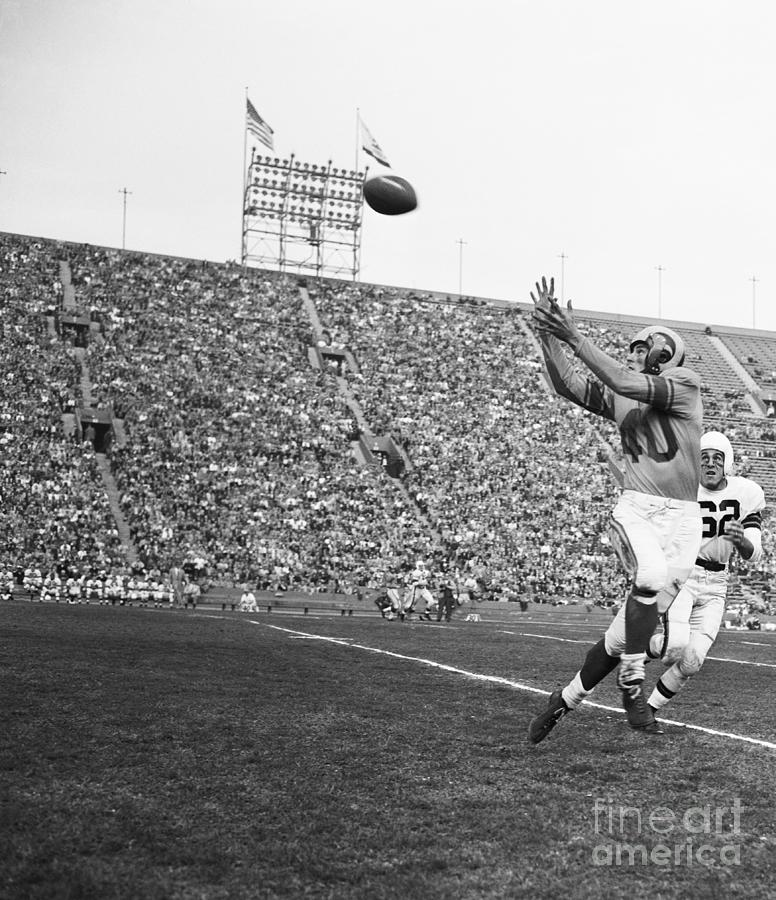 Elroy Hirsch Up In The Air To Catch Photograph by Bettmann