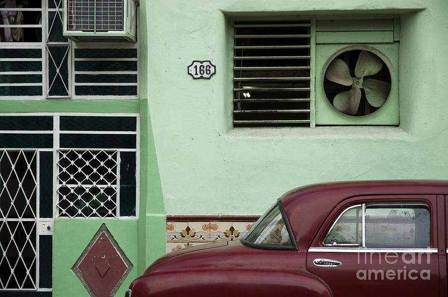 Communist Photograph - Facade And Oldtimer In Old Havana by Roxana Gonzalez