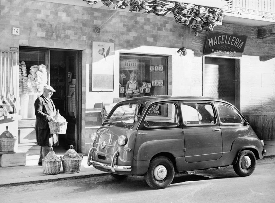 Fiat 600 Multipla Outside A Shop Photograph by Heritage Images