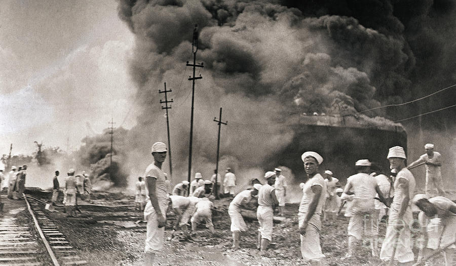 Fire In Oil Plant In Mexico Photograph by Bettmann