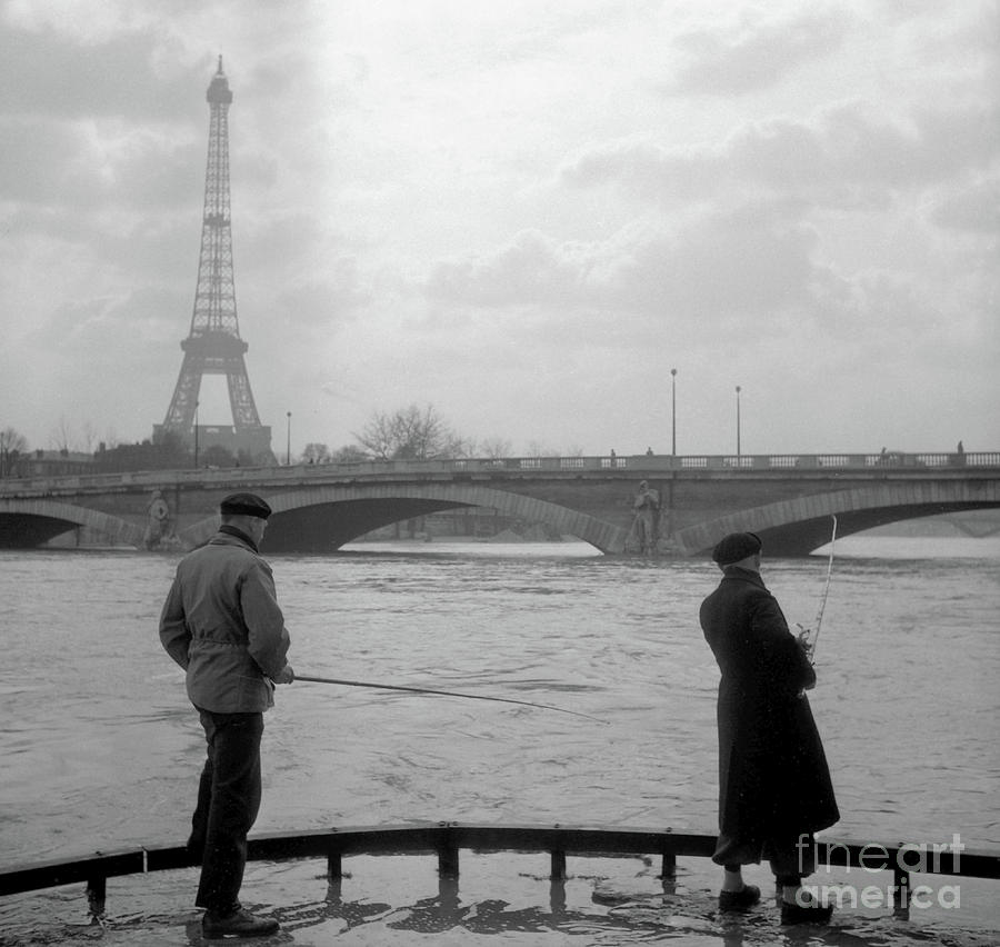 Fishermen during the floods of the Seine, feet in water in front of the Zouave by French School