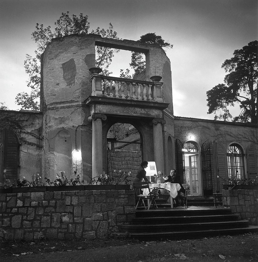 Frau & Herr Fritz Kehl Dining On Photograph by Nina Leen