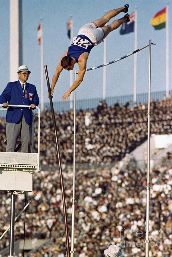 Fred Hansen Pole Vaulting Photograph by Bettmann