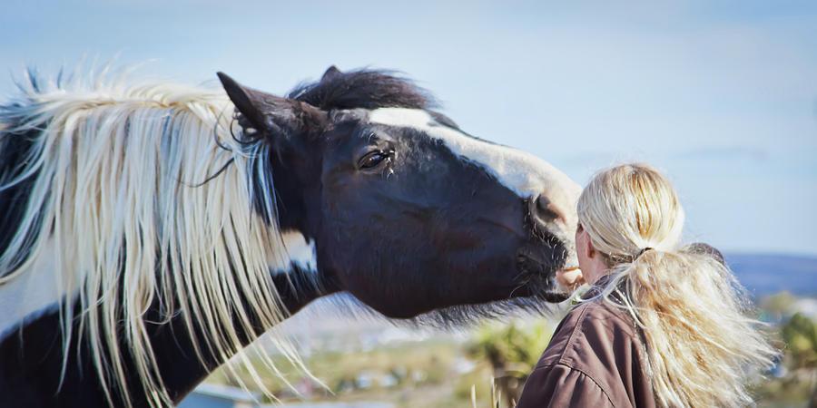 Friendly kiss by Tatiana Travelways