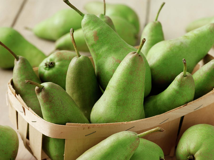 Green Pears In Punnet And Wooden Table Photograph by Chris Ted