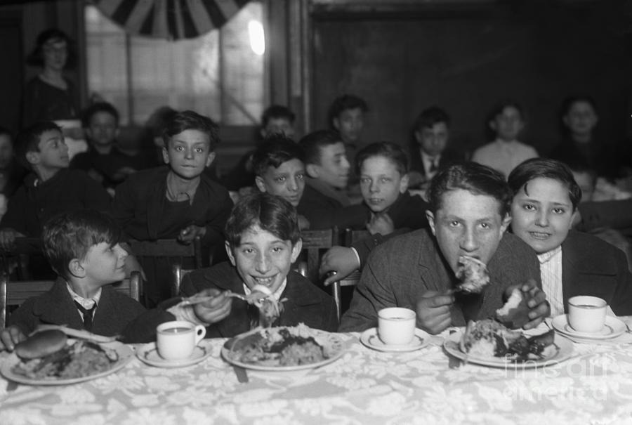 Group Of Children 6-15 Eating Lunch Photograph by Bettmann