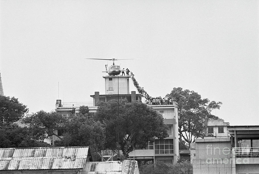 Helicopter Evacuating Crowd From Rooftop Photograph by Bettmann