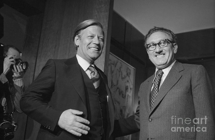 Helmut Schmidt And Henry Kissinger Photograph by Bettmann